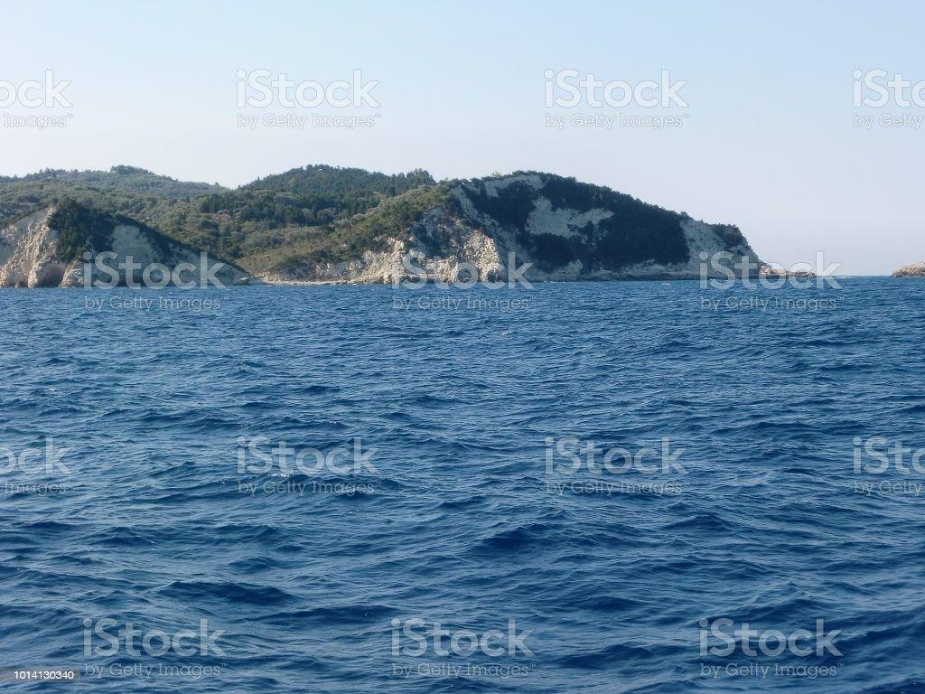 Vista de um barco da costa rochosa de Antipaxos na Grécia - foto de acervo