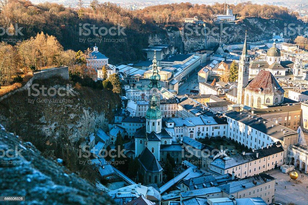 Visa från en hög punkt till den historiska staden Salzburg. En stad i västra Österrike, huvudstad i delstaten Salzburg. Den fjärde största staden i Österrike. Mozarts hemland. royaltyfri bildbanksbilder