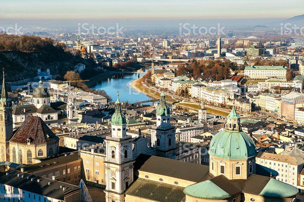 Uitzicht vanaf een hoog punt naar de historische stad Salzburg. Een stad in West-Oostenrijk, de hoofdstad van de deelstaat Salzburg. De vierde grootste stad van Oostenrijk. Mozarts vaderland. royalty free stockfoto