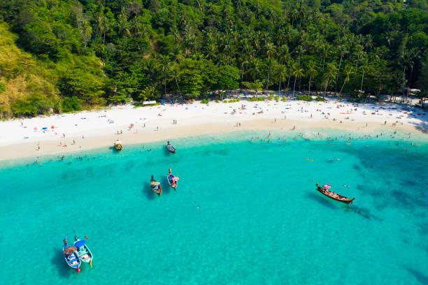 utsikt från ovan, flyg utsikt över en vacker tropisk strand med vit sand och turkos klart vatten, longtail båtar och människor sola, freedom beach, phuket, thailand. - golf sommar skugga bildbanksfoton och bilder