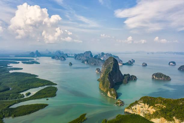 위에서 보면 아름 다운 팡가 베이 (팡 응 아 해상 국립공원)의 조감도, 태국 에메랄드 녹색 물에서 수직으로 나오는 깎아 지 른 듯한 석회암 karsts가 있습니다. - 카르스트 지형 뉴스 사진 이미지
