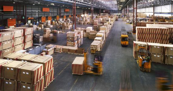 Vista Da Sopra Allinterno Di Un Magazzino Industriale Occupato Grande - Fotografie stock e altre immagini di Ambientazione interna