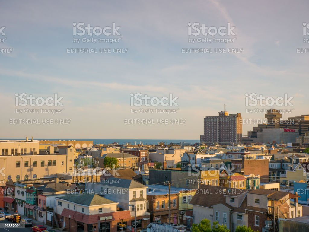 ATLANTIC CITY, NJ - MAY 2018. View from above of Atlantic City at sunset, New Jersey. The city is known for its casinos, boardwalk and beach but also for its high crime rate. - Zbiór zdjęć royalty-free (Architektura)