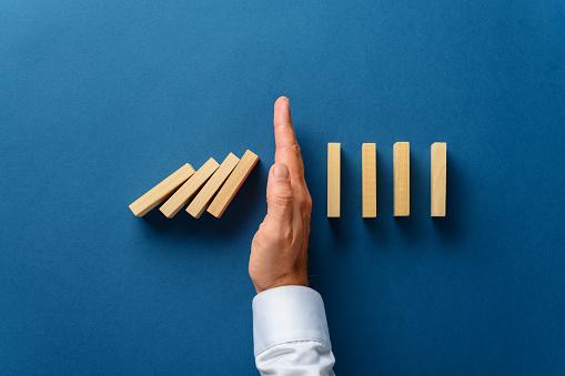 ドミノ倒しの写真|KEN'S BUSINESS|ケンズビジネス|職場問題の解決サイト