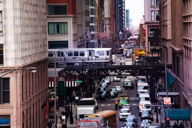 Blick von oben auf Straße und Zug U-Bahn Chicago – Foto