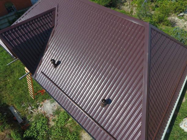 ein blick von oben auf dem dach des hauses. das dach des wellblech. überdachung des metallprofil gewellte form - dachformen stock-fotos und bilder