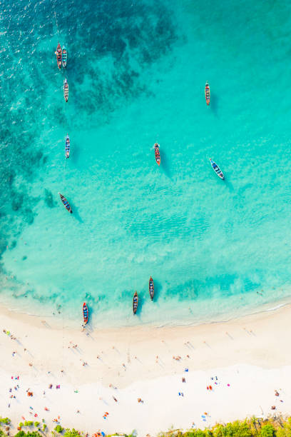 utsikt från ovan, fantastisk flygbild av en vacker tropisk strand med vit sand och turkos klart vatten, lång svans båtar och människor sola, banana beach, phuket, thailand. - golf sommar skugga bildbanksfoton och bilder