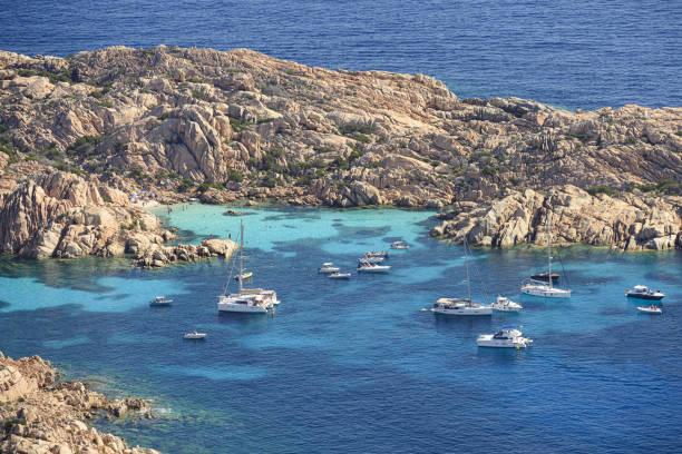 blick von oben, atemberaubende luftansicht von cala coticcio auch bekannt als tahiti mit seinen felsigen küsten und kleinen stränden von einem türkisklaren wasser gebadet. la maddalena archipel, sardinien, italien. - palau sardinien stock-fotos und bilder