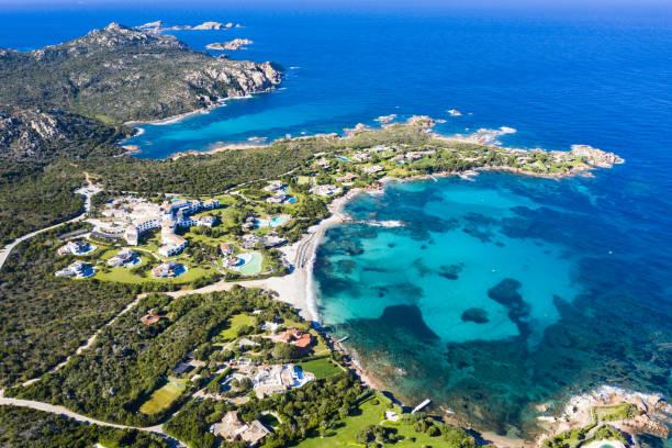 vista dall'alto, splendida vista aerea sulla spiaggia di romazzino bagnata da un bellissimo mare turchese. costa smeralda (costa smeralda) sardegna, italia. - sardegna foto e immagini stock