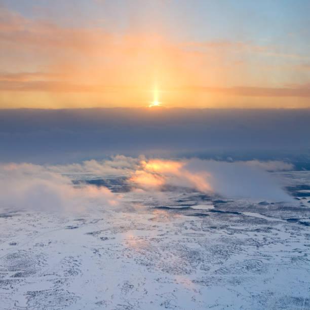 冬のツンドラの上から見る - ツンドラ ストックフォトと画像