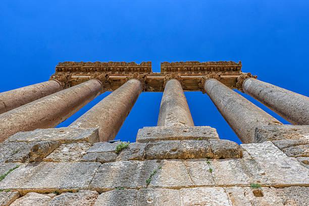 view from below of the six columns of belbeck (lebanon) - römisch 6 stock-fotos und bilder
