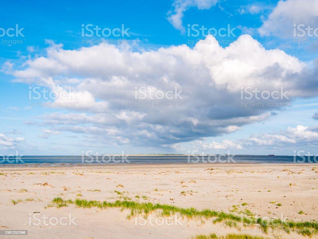 Blick vom Boschplaat auf Terschelling Insel auf Gezeiten Outlet Vlet und Ameland Insel mit Leuchtturm, Wattenmeer, Niederlande – Foto