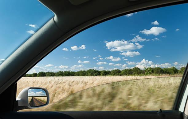 Vista desde la ventana de coche en el campo de trigo - foto de stock