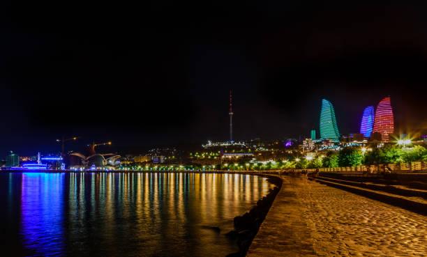 Blick vom kaspischen Meer auf das zentrale Geschäftsviertel mit Wolkenkratzern und Fernsehturm, Baku, Aserbaidschan – Foto