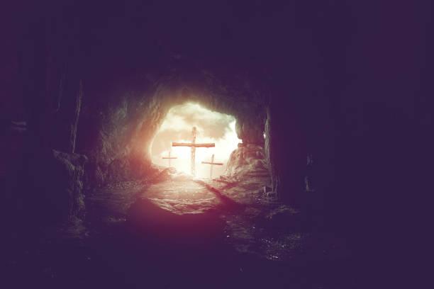 uitzicht vanaf grot van drie kruisen op heuvel van golgotha, kruisiging van jezus christus achtergrond, opstanding van pasen concept - graftombe stockfoto's en -beelden