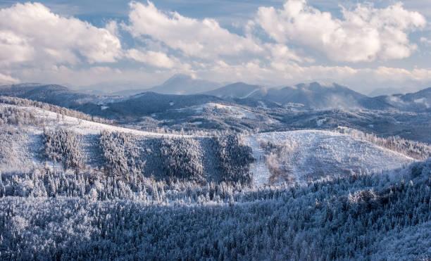 보기 할 라 나에서 malej raczy beskid zywiecki 산 폴란드에서와 슬로바키아 국경 근처에서 겨울 동안 - 카르파티아 산맥 뉴스 사진 이미지