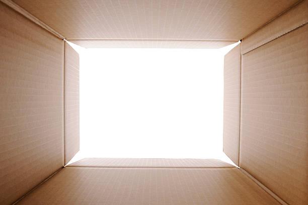 Guardando fuori dalla scatola di cartone - foto stock