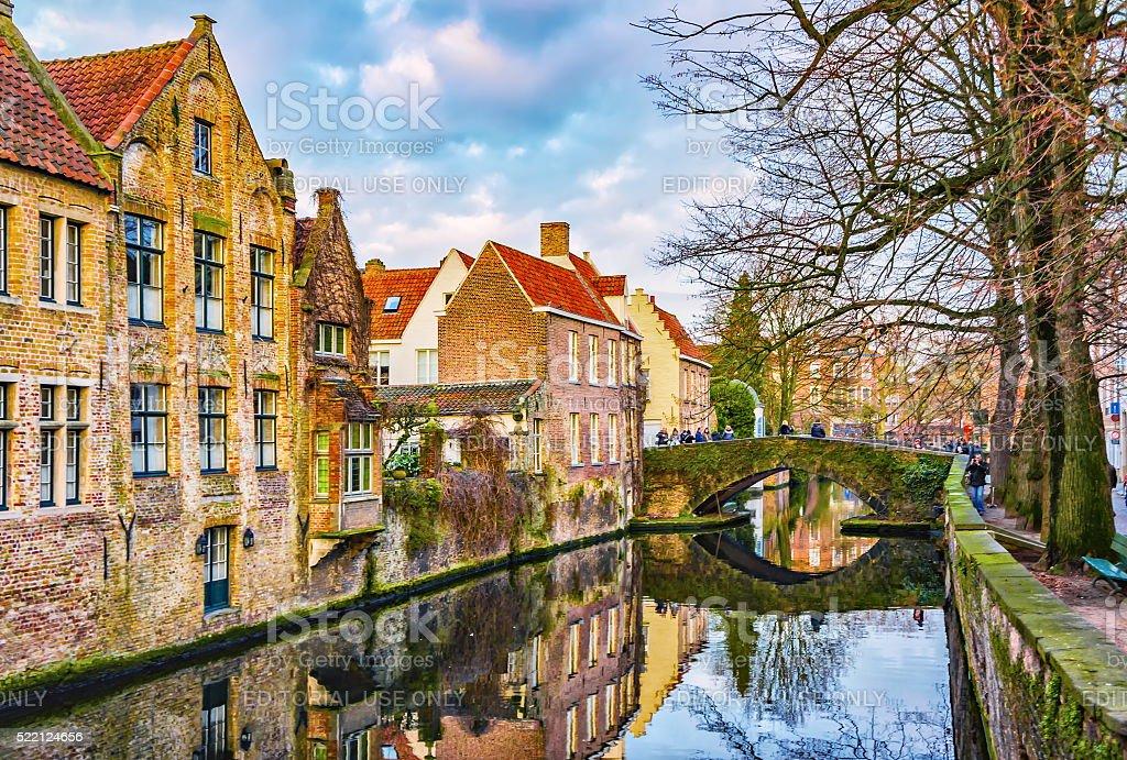 Vue à partir de Meestraat Groenerei pont sur le canal de Bruges, Belgique - Photo