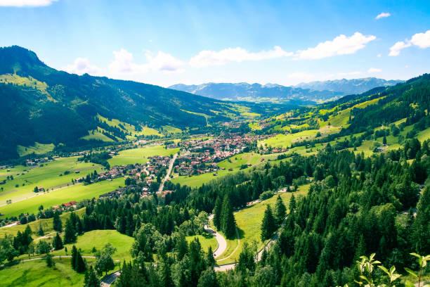 blick vom oberjoch pass nach bad hindelang, allgäuer alpen, oberallgäu, deutschland - allgäu stock-fotos und bilder