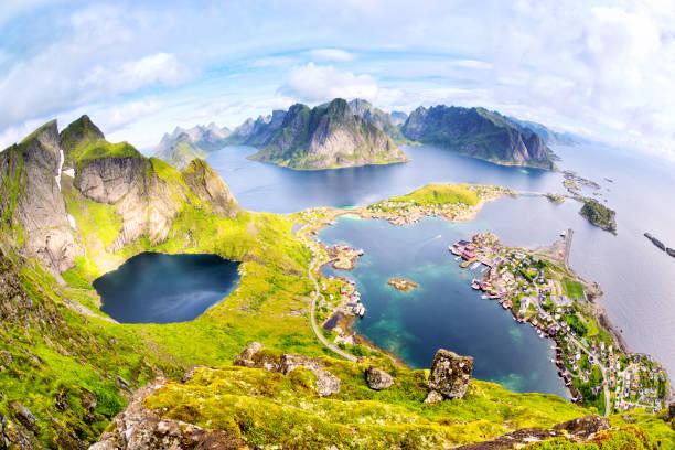 Vista do Reinebringen às ilhas Lofoten - foto de acervo