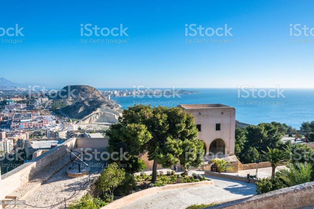Blick von der Burg Santa Barbara in Alicante und Mittelmeer, Costa Blanca, Spanien – Foto
