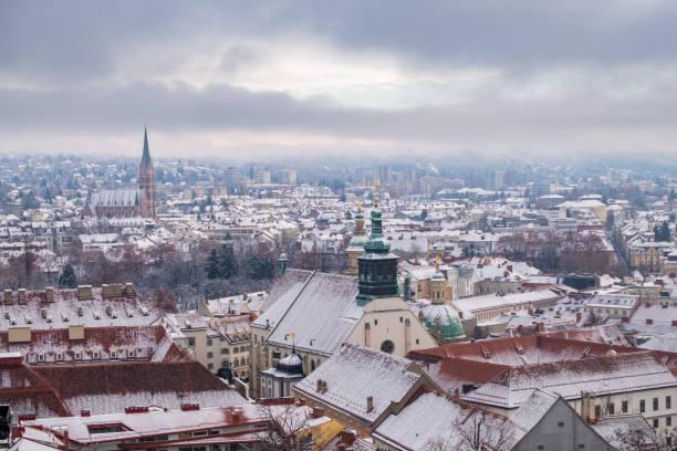 Blick vom Schlossberg in Graz auf die Herz-Jesu-Kirche im Winter – Foto