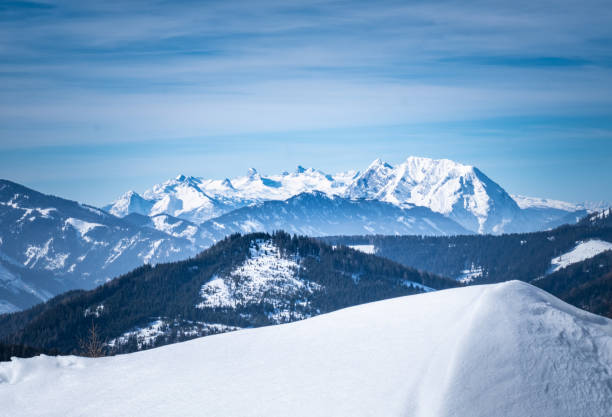 View from snowy plateau Kaiserau to mountain Dachstein on winterday – Foto