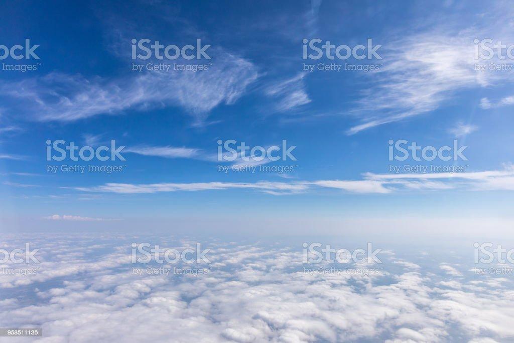 Blick aus dem Flugzeug auf den Himmel über den Alpen. Blauer Himmel mit Wolken. Hintergrund. Lizenzfreies stock-foto