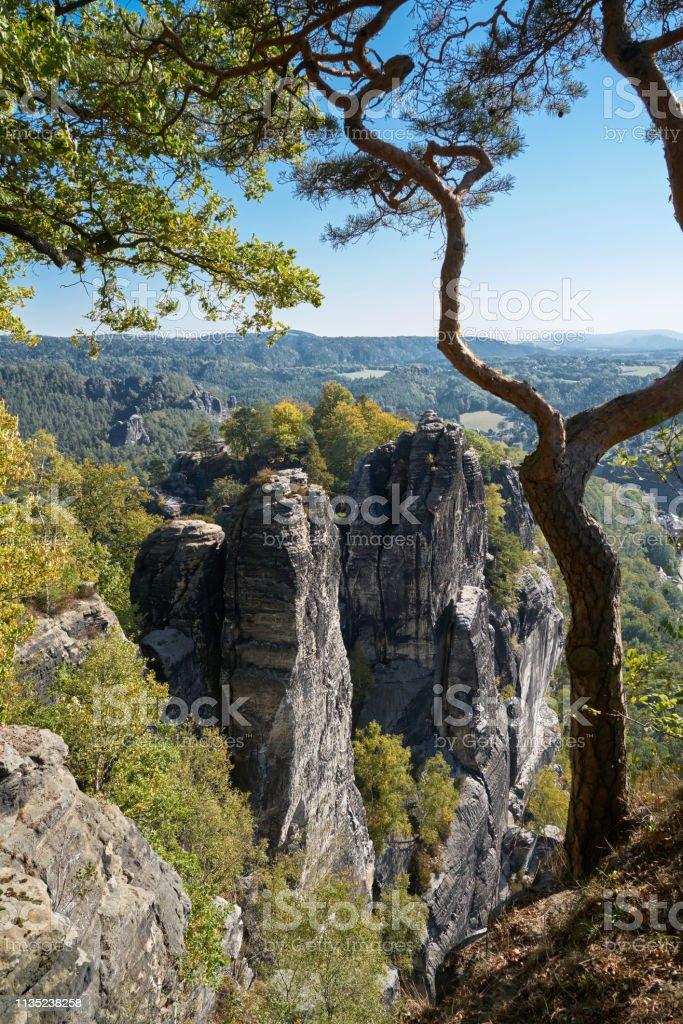 Blick von der Bastei auf eine Felsformation im Elbsandsteingebirge – Foto