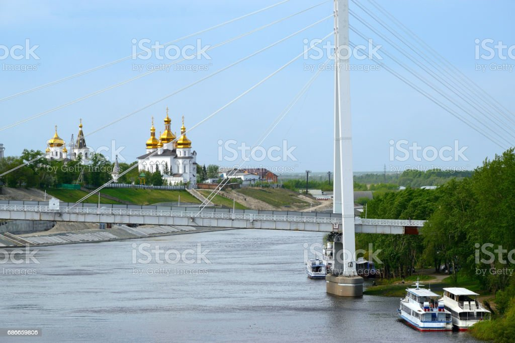 View from the embankment of the River Tours to the Bridge of the Lovers and the Tyumen Cross Exaltation Cathedral. Lizenzfreies stock-foto