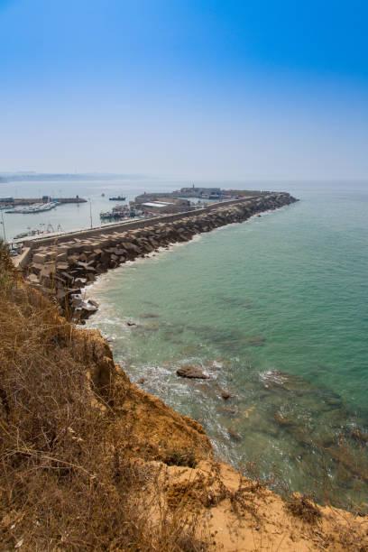 Vista desde el faro de Cabo Roche del puerto náutico y su rompeolas, en Conil, Andalucia. España - foto de stock