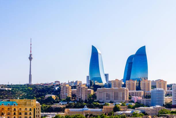 Blick von der Altstadt auf das zentrale Geschäftsviertel mit vielen Gebäuden, Wolkenkratzern und Fernsehturm, Baku, Aserbaidschan – Foto