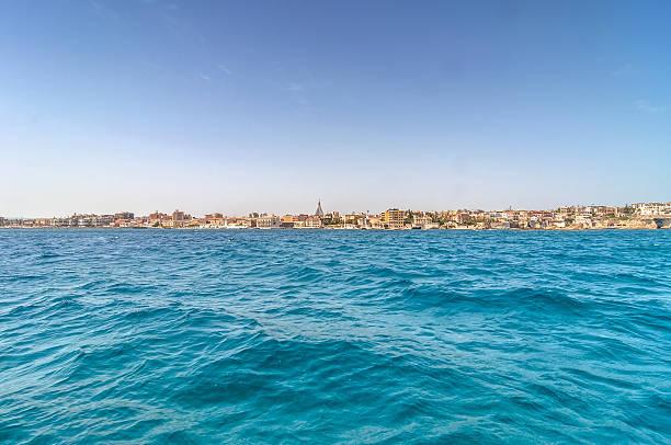 blick vom meer in ortigia, siracusa, sizilien - ortygia stock-fotos und bilder