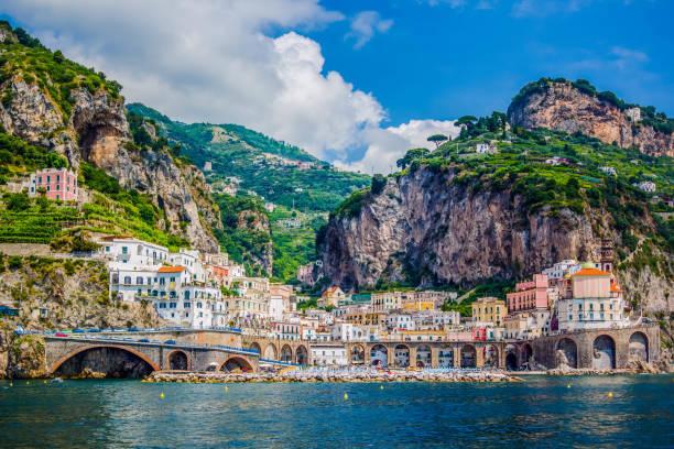 blick vom meer auf die schöne architektur der stadt von amolphi, italien - neapel stock-fotos und bilder