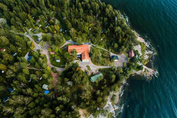 visa från himlen av drumsö och de små stugorna i skogen, helsingfors finland - drone helsinki bildbanksfoton och bilder