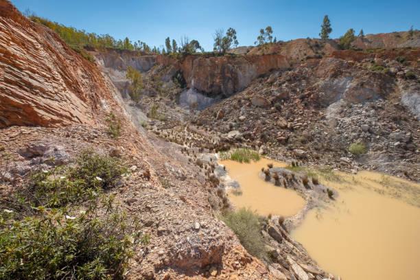 Vista desde la parte superior de la mina de explotación abierta situada en la localidad de la zarza, Alange, Extremadura, España - foto de stock