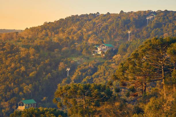Zeigen Sie aus der Sicht des Parque Caracol, der Seilbahn und den Wald in einen wunderschönen Sonnenuntergang zeigt an. – Foto