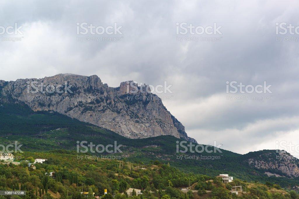 Vue depuis le village d'Alupka sur mont Aï-Petri sur une journée nuageuse - Photo
