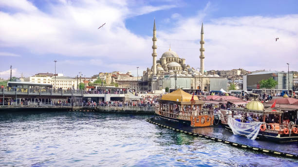 uitzicht vanaf het water op het historische centrum van istanbul. weergave van de suleymaniye moskee, de galata brug, eminonu district line en square & balik ekmek boot winkels. - eminonu district stockfoto's en -beelden