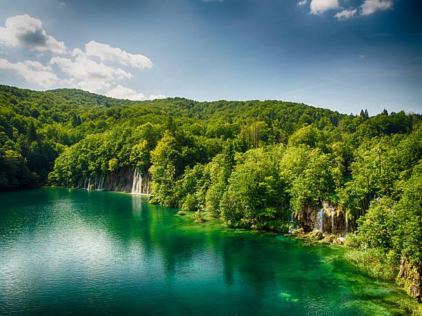 vista desde el último en el parque nacional de plitvice lago - pbsm fotografías e imágenes de stock