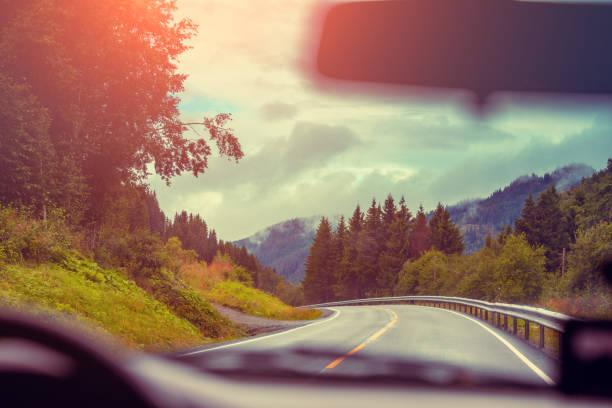 Blick von der Windschutzscheibe. Autofahren auf Bergstraße. Natur-Norwegen – Foto
