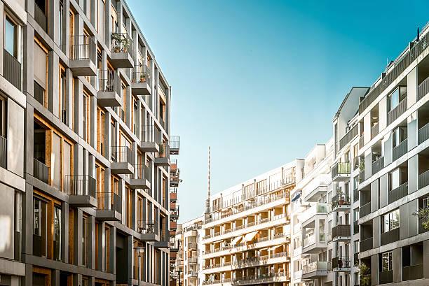 blick auf neuen wohnviertel kreuzberg in berlin. - kreuzberg stock-fotos und bilder