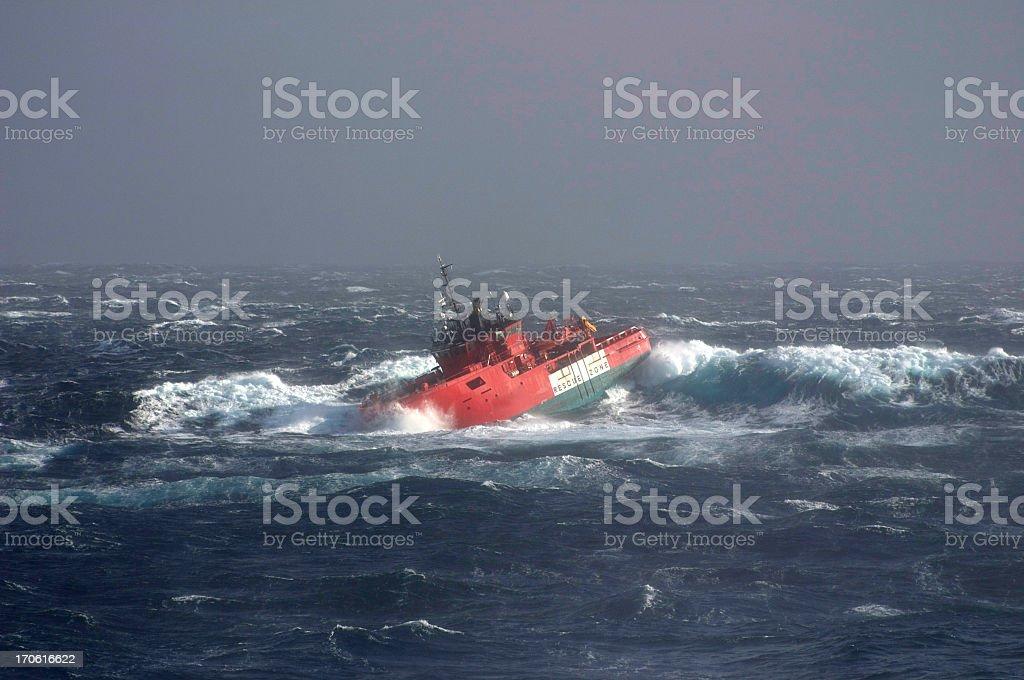 Bateau en mer orageuse - Photo