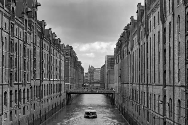 blick auf einen kanal in der speicherstadt in schwarz und weiß, hamburg, deutschland - reifen hamburg stock-fotos und bilder