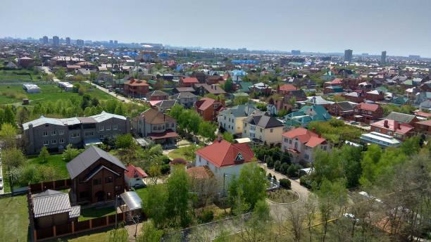 春の上から寮の街の眺め。春の寮の郊外のパノラマ。 - クラスノダール市 ストックフォトと画像