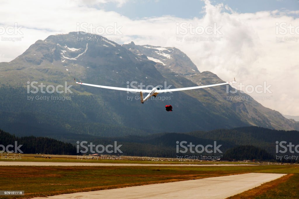 A view of a flying glider in the airport of St Moritz in the alps switzerland - foto stock