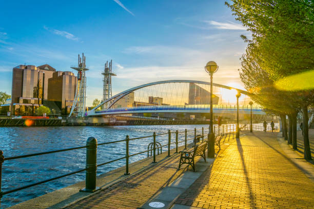 view of a footbridge in salford quays in manchester, england - nord foto e immagini stock