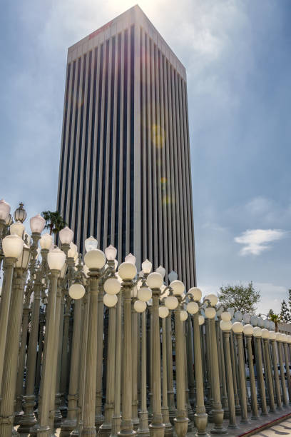View of a Los Angeles Mid Wilshire district building and street lamps - foto stock