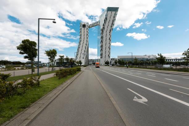 blick auf eine moderne gebäude - hotels in kopenhagen stock-fotos und bilder