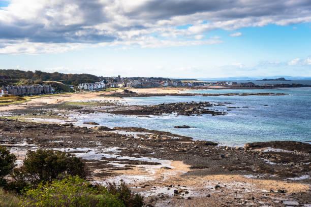 Blick auf eine Küstenstadt und die Küste bei Ebbe an einem klaren Herbsttag – Foto